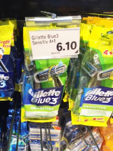 Finalement les prix se tiennent, à la différence qu'ici à chaque fois on a un nouveau manche et pour quasiment le même prix (10ct en +) Gillette propose un rasoir gratuit.