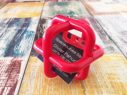 La petite touche finale c'est de mettre une carte de visite à l'intérieur c'est plutôt amusant... en essayant de la prendre, le cube va se désintégrer.